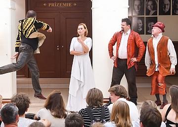 Hamlet alebo nález lebky, Túlavé divadlo